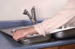 Сантехник в Челябинске. Услуги сантехника – установка раковины на кухне. город Челябинск